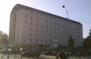 """le bâtiment """"provisoire"""", à l'orée du bois de Vincennes accueillant le foyer de travailleurs migrants ADOMA"""