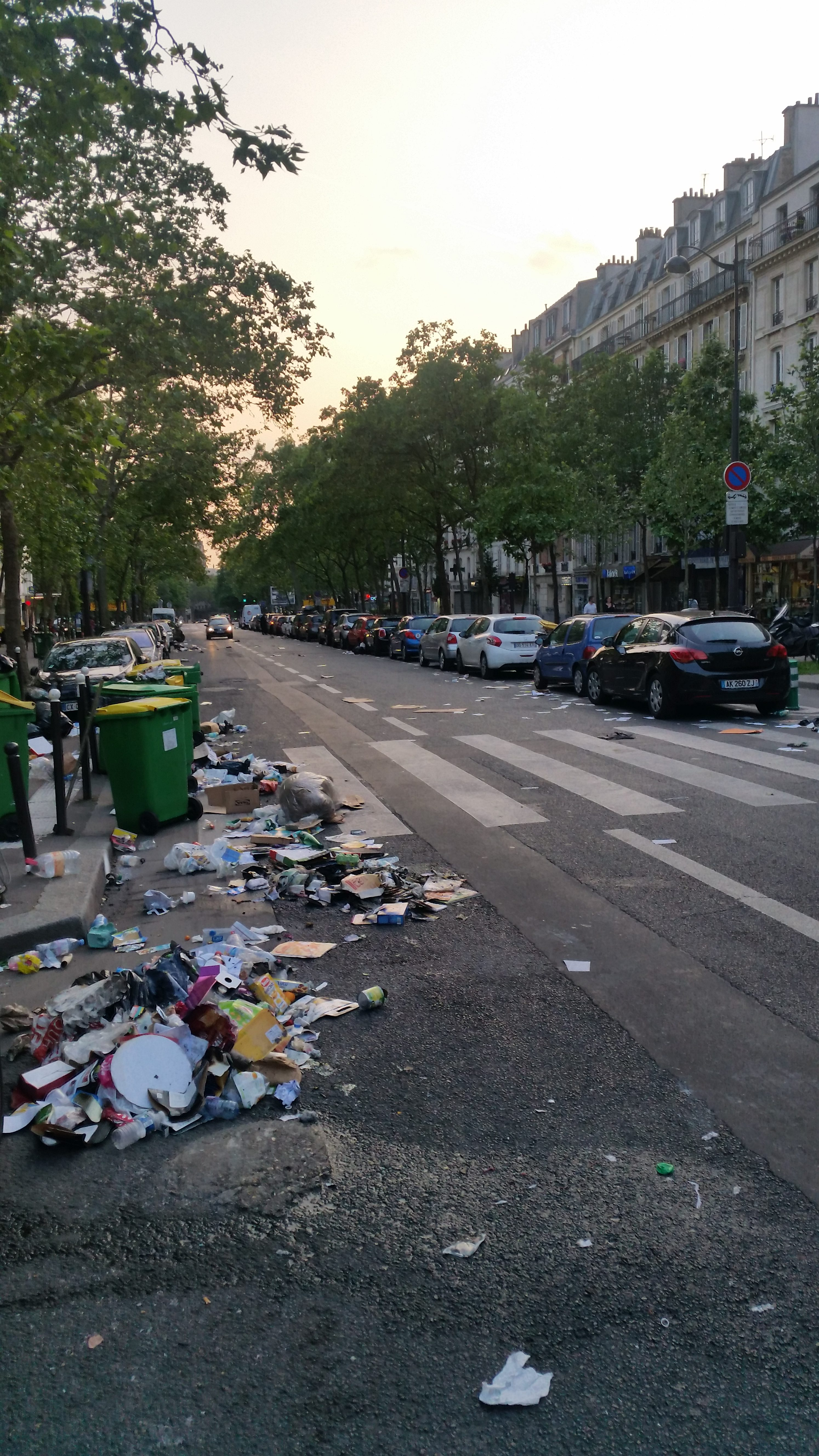 Déchets renversés à la suite d'un passage de Manuel Valls dans le 12e arrondissement le 8 juin 2016